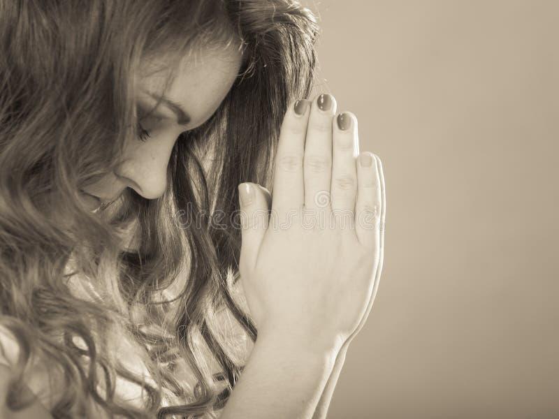 Женщина моля к богу Иисусу Вера вероисповедания стоковые изображения