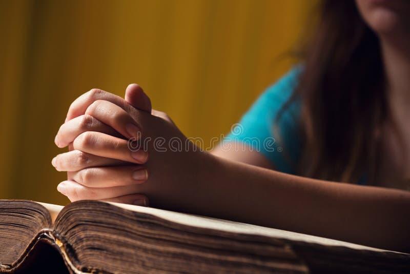Женщина моля с библией стоковые изображения