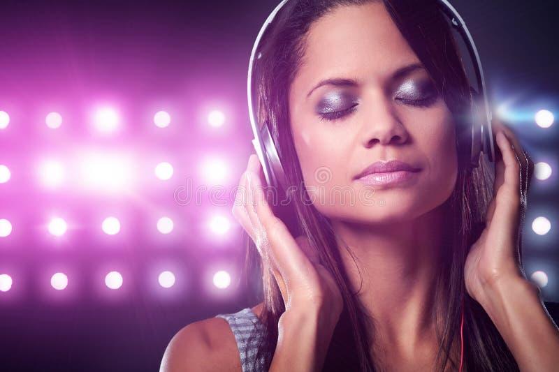 Download Женщина музыки стоковое фото. изображение насчитывающей наслаждаться - 40580134