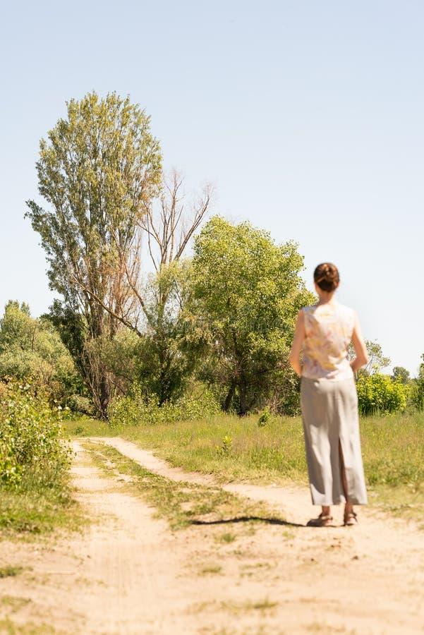 Женщина наблюдая к деревьям стоковая фотография