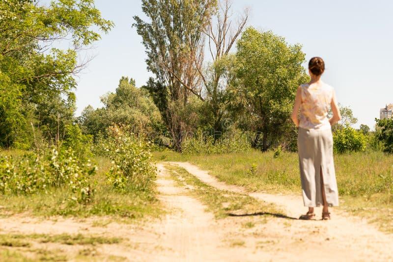 Женщина наблюдая к деревьям стоковое фото rf