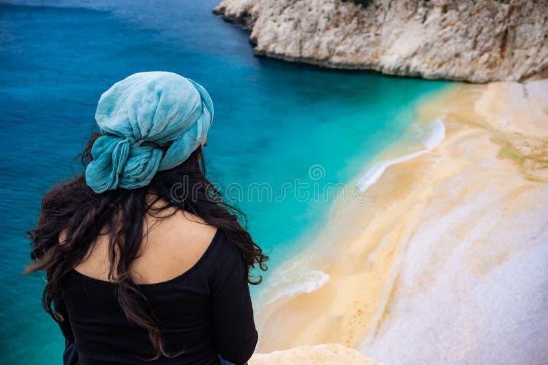 Женщина наблюдая побережье Kaputaș Изумляя пляж от Kaputas, Антальи, Турции Предпосылка праздника, туризма и перемещения стоковые изображения