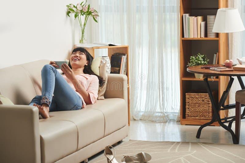 Женщина наблюдая смешные видео стоковая фотография rf