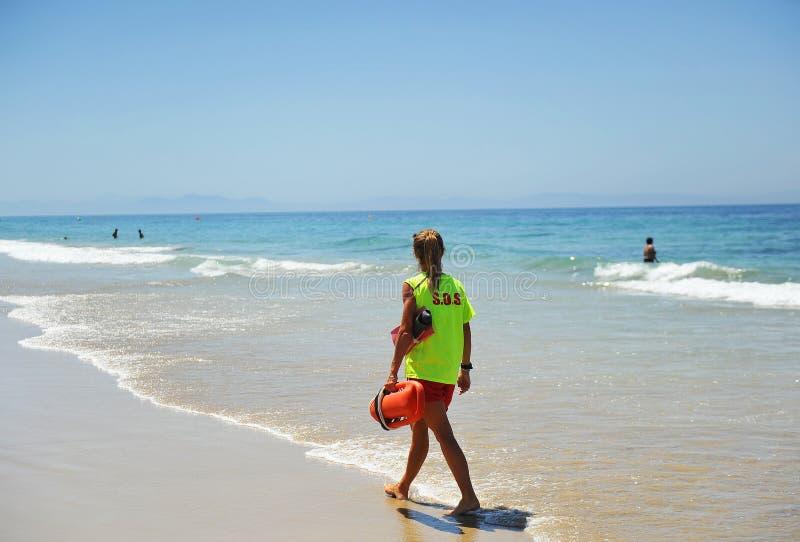 Женщина наблюдательная в пляже, Испания стоковые фото