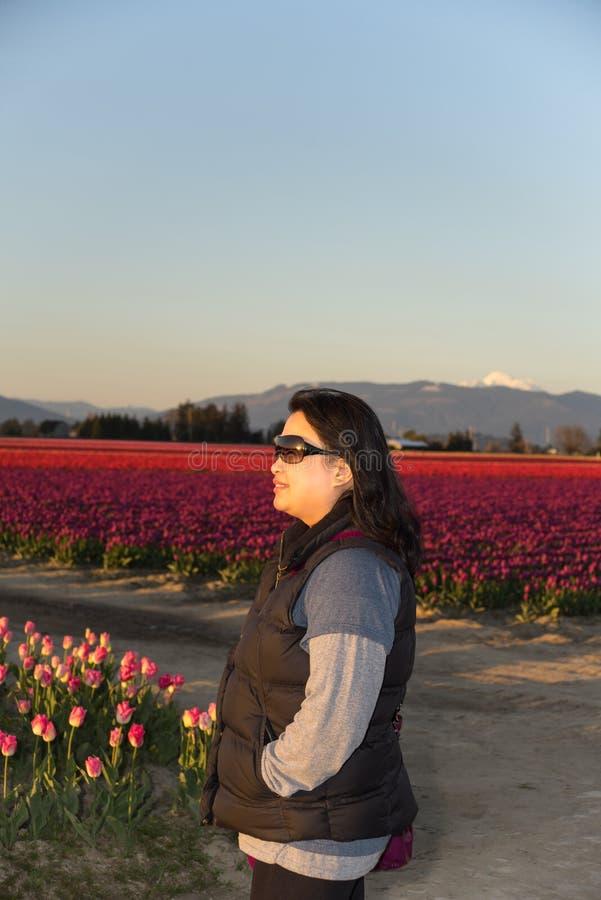 Женщина наблюдая заход солнца стоковые фотографии rf