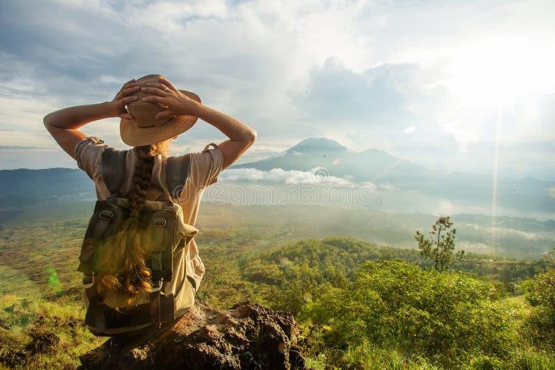 Женщина наслаждаясь восходом солнца от верхней части горы Batur, Бали, Индонезии стоковая фотография rf