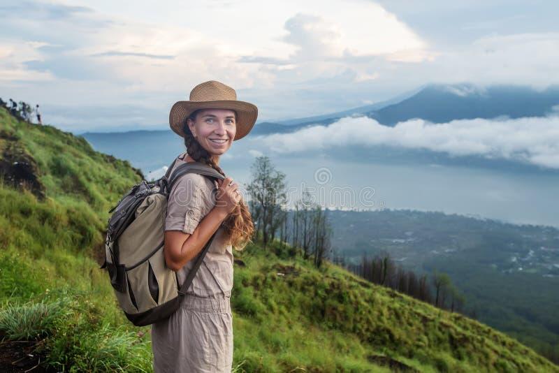 Женщина наслаждаясь восходом солнца от верхней части горы Batur, Бали, Индонезии стоковые изображения rf