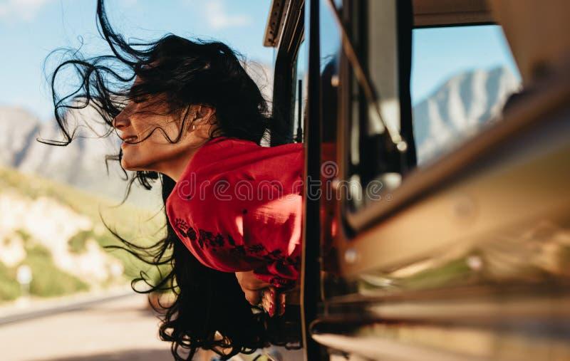 Женщина наслаждаясь ездой автомобиля стоковое фото
