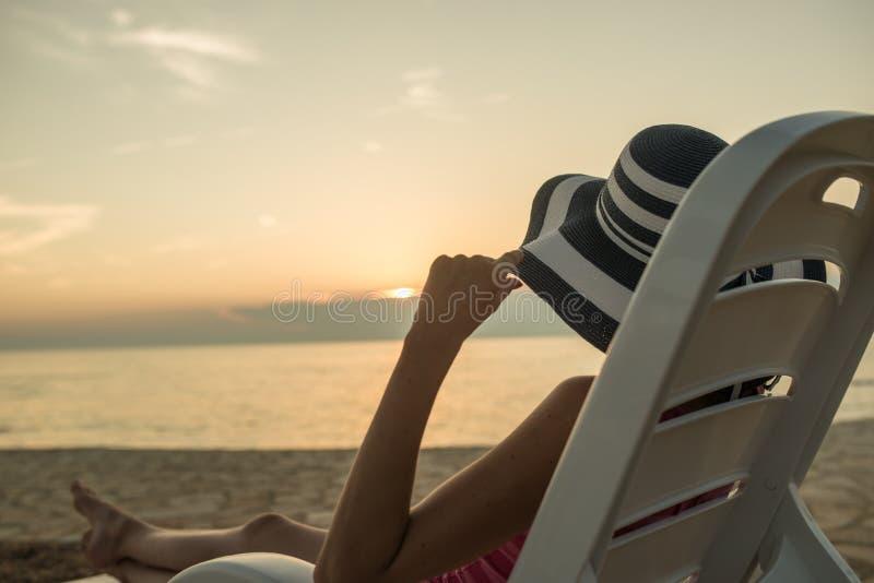 Женщина наслаждаясь заходом солнца стоковая фотография