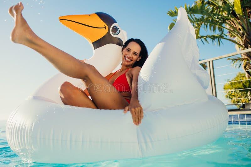 Женщина наслаждаясь каникулами в бассейне стоковая фотография rf