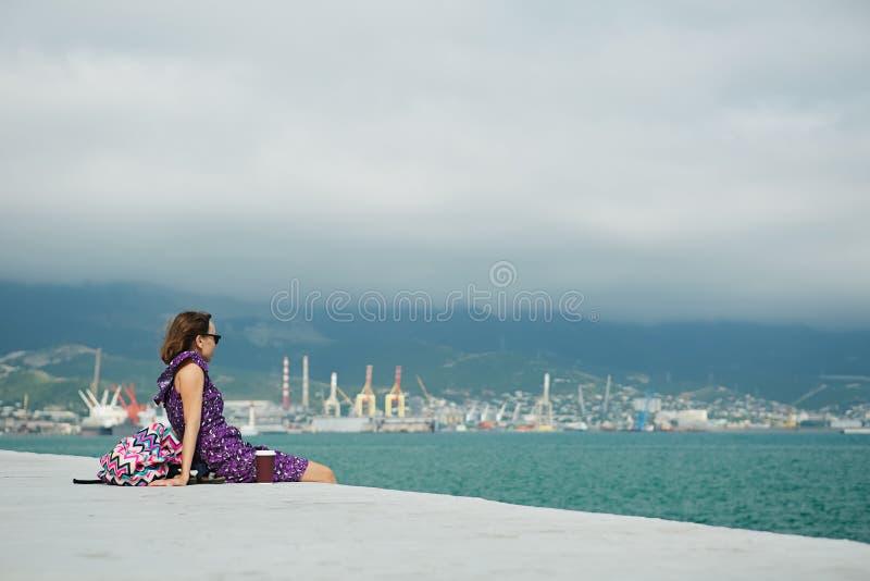 Женщина наслаждаясь seascape на портовом районе стоковые изображения