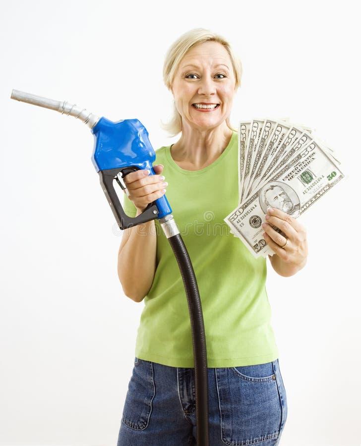 женщина насоса дег газа счастливая стоковое фото rf