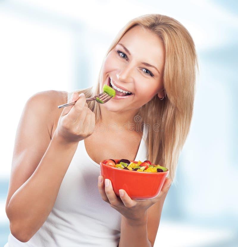 Женщина наслаждается здоровой едой стоковое изображение