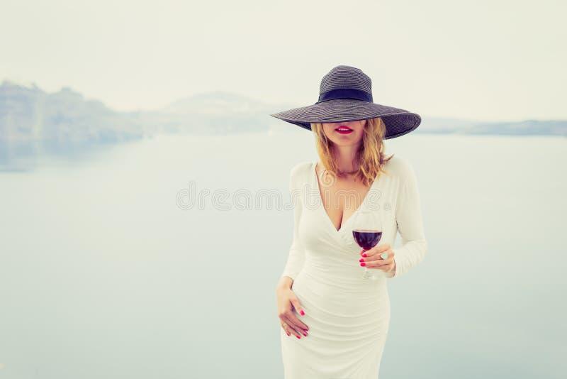 Женщина наслаждаясь бокалом вина Ретро, винтажный фильтр стиля стоковое изображение