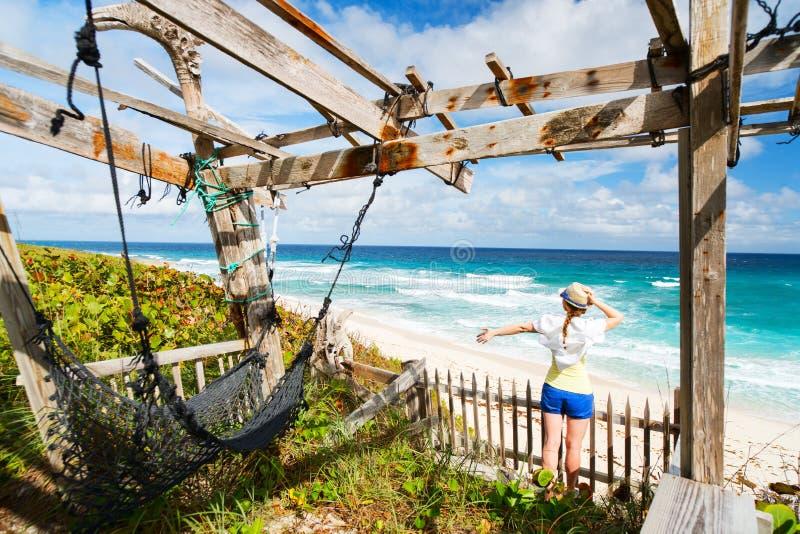 Женщина наслаждаясь взглядом пляжа стоковая фотография rf