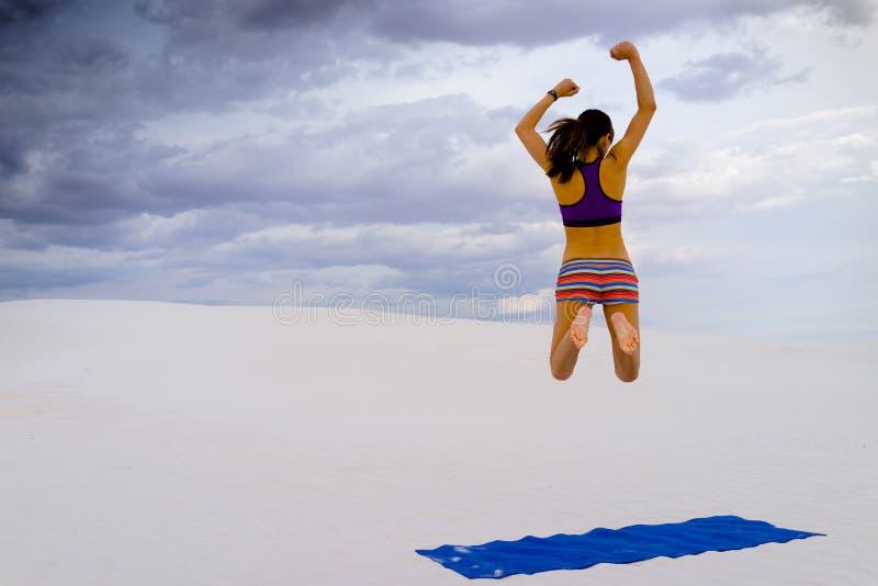 Женщина наслаждаясь йогой в уединённом оазисе пустыни стоковая фотография