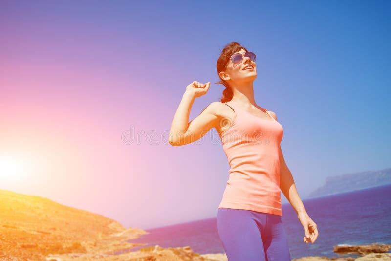 Женщина наслаждаясь свободой на перемещении стоковые изображения