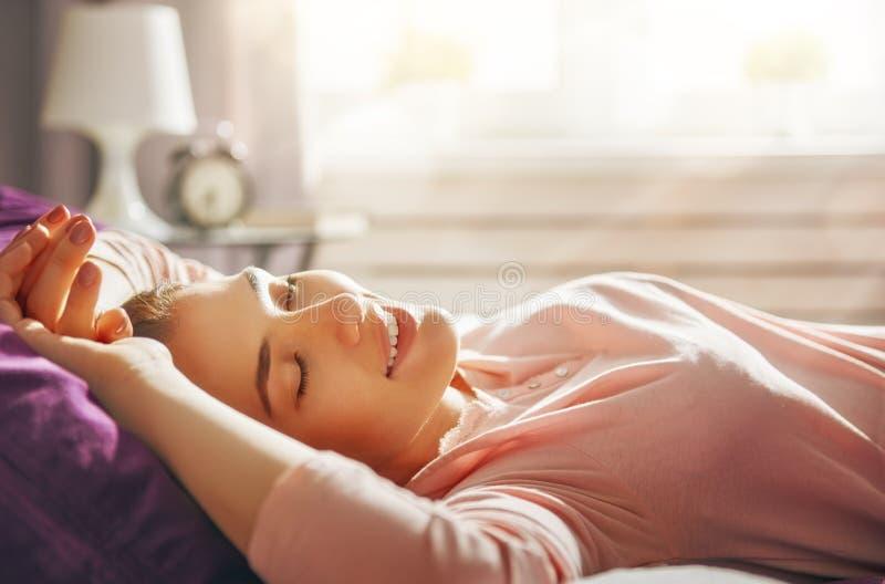 Женщина наслаждаясь солнечным утром стоковое изображение rf