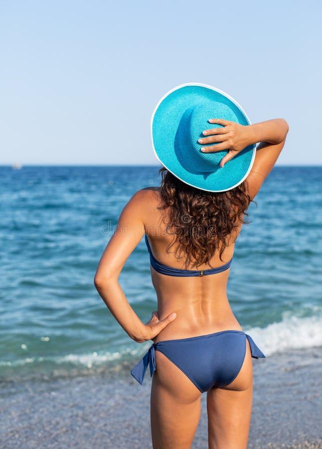 Женщина наслаждаясь теплым летним днем на взморье стоковое фото rf