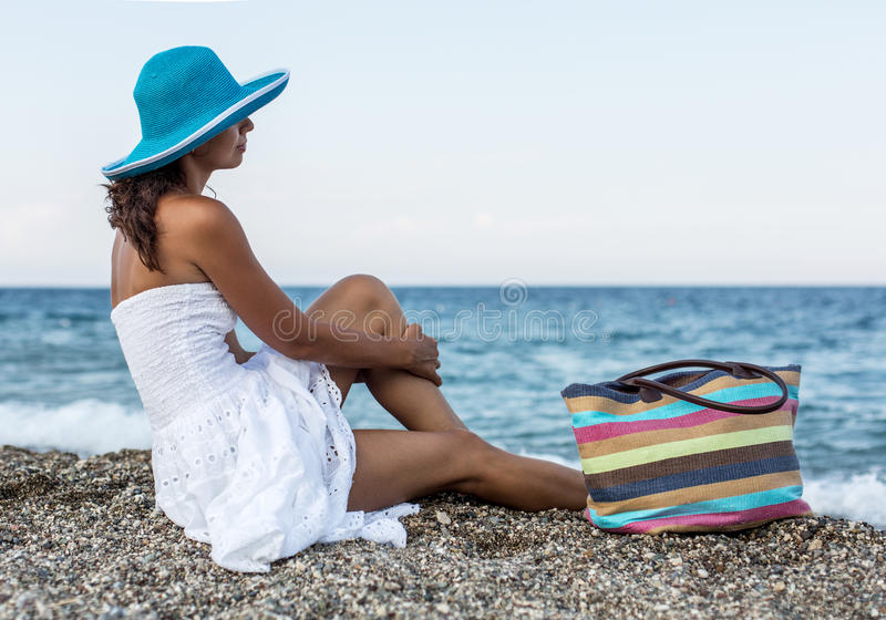 Женщина наслаждаясь теплым летним днем на взморье стоковое фото