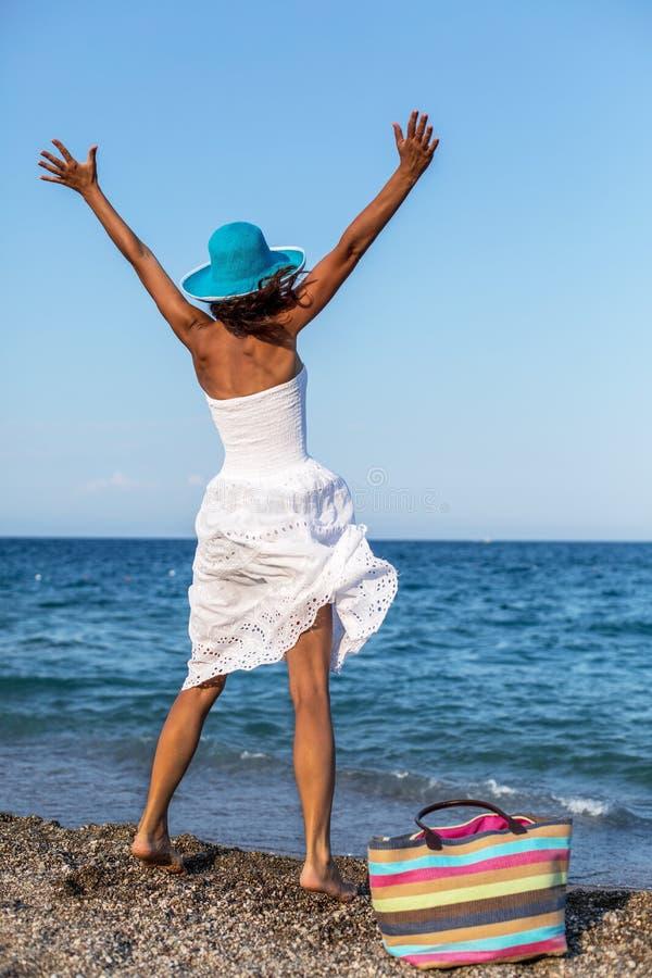 Женщина наслаждаясь теплым летним днем стоковые изображения rf