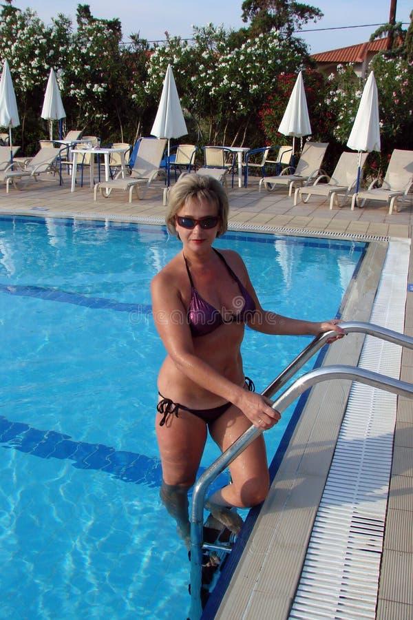 Женщина на бассейне стоковое фото rf