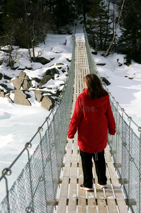 Женщина на висячем мосте стоковые фото