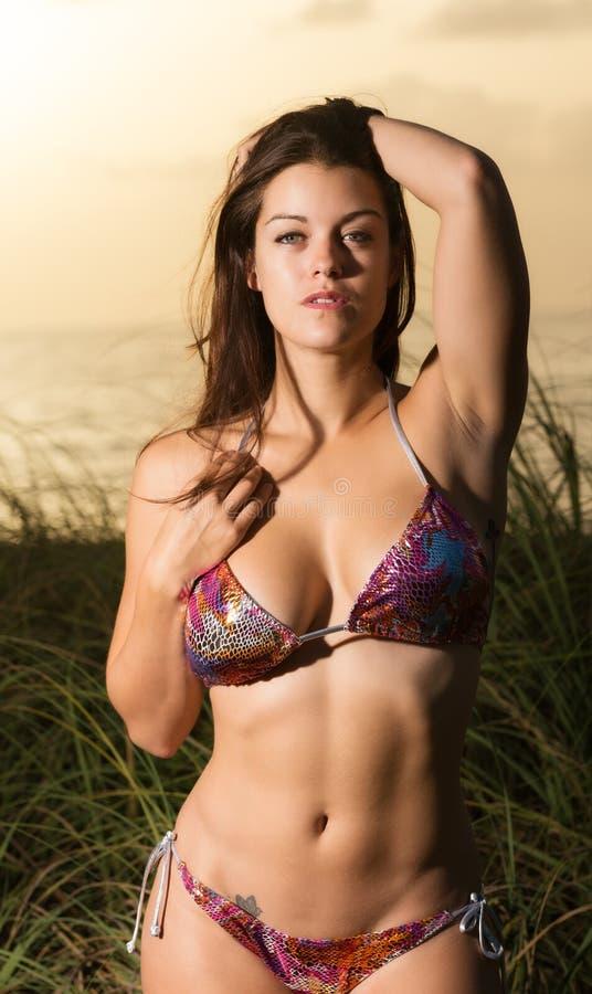 Женщина на восходе солнца пляжа стоковые изображения rf