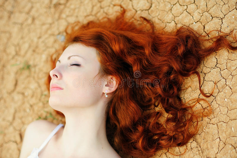 Женщина на высушенная вверх по земле стоковое фото rf
