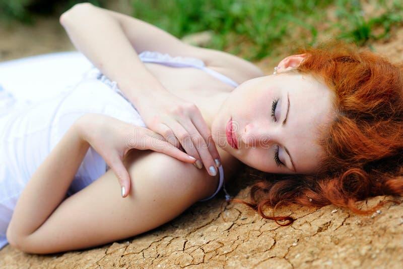 Женщина на высушенная вверх по земле стоковые изображения rf