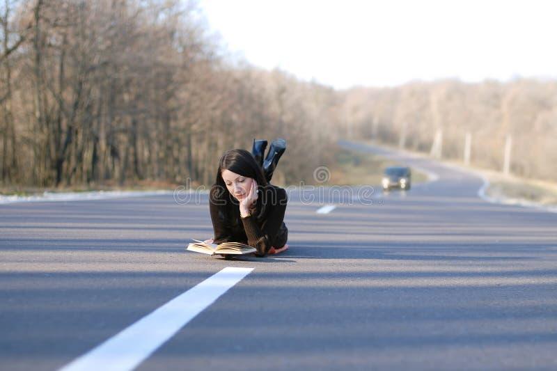 Женщина на дороге стоковое изображение