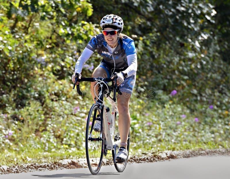 Женщина на езде велосипеда стоковая фотография rf