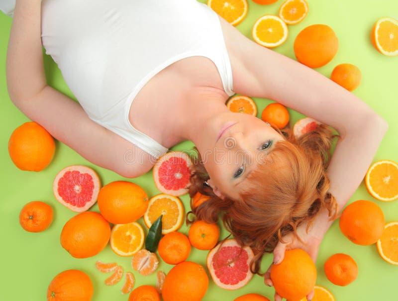 Женщина на зеленом цвете стоковая фотография