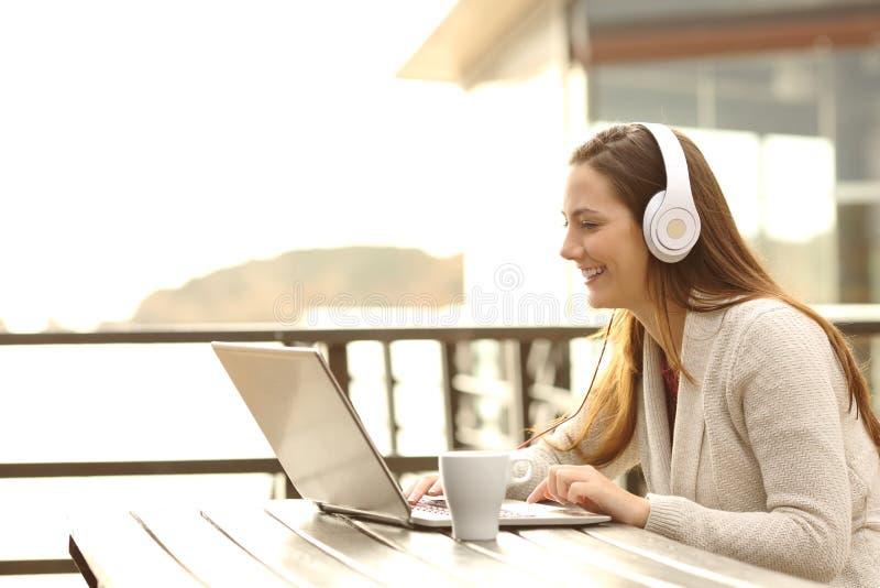 Женщина на каникулах уча или имея видео- звонок стоковое фото rf