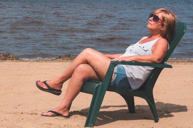 Женщина на каникуле стоковое изображение rf