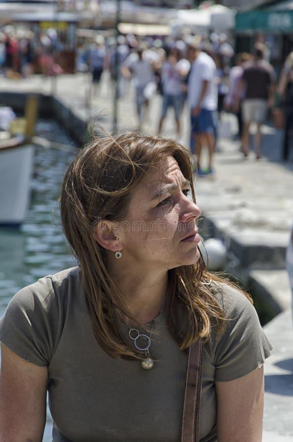 Женщина на каникулах в Марине стоковые фото