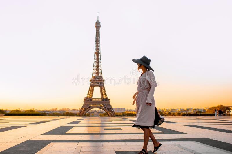 Женщина на квадрате с красивым видом на Эйфелевой башне в Париже стоковые фото