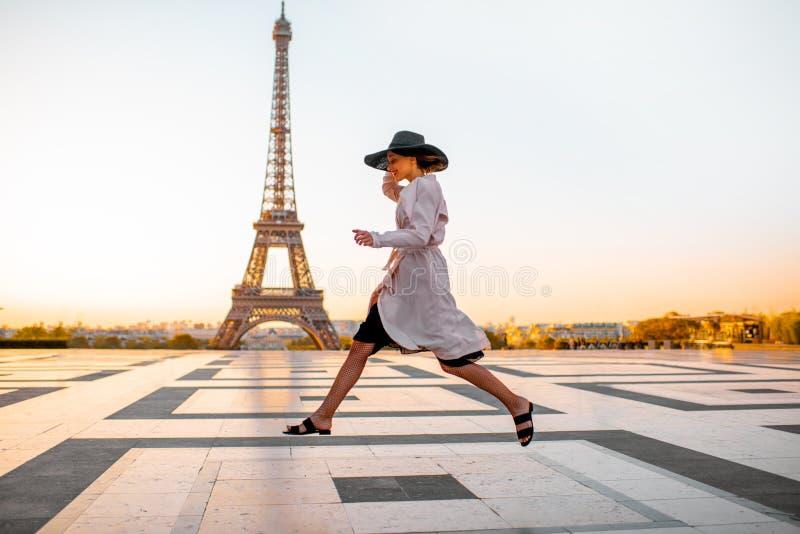 Женщина на квадрате с красивым видом на Эйфелевой башне в Париже стоковое фото rf