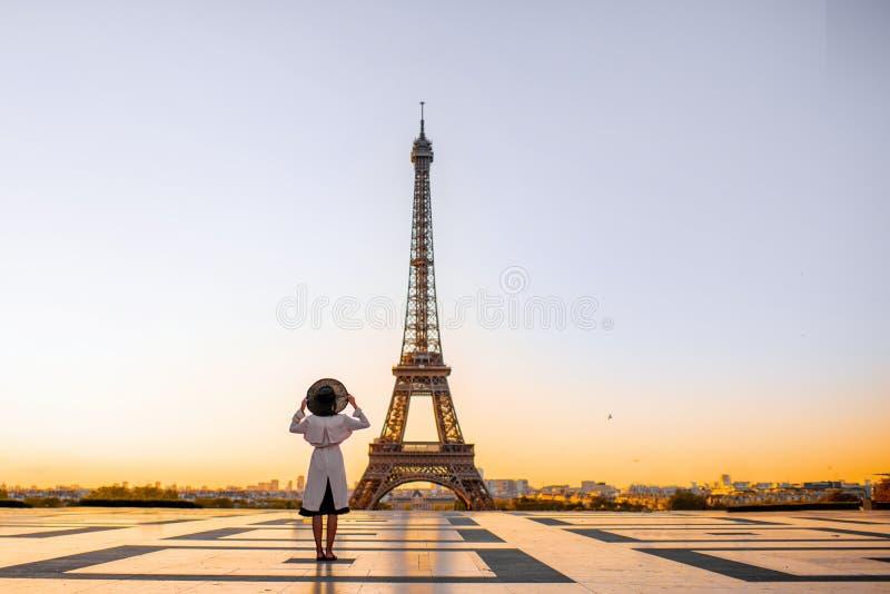 Женщина на квадрате с красивым видом на Эйфелевой башне в Париже стоковая фотография rf