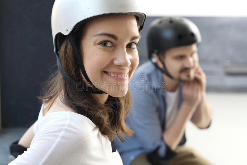 Женщина на коньках ролика стоковые фотографии rf