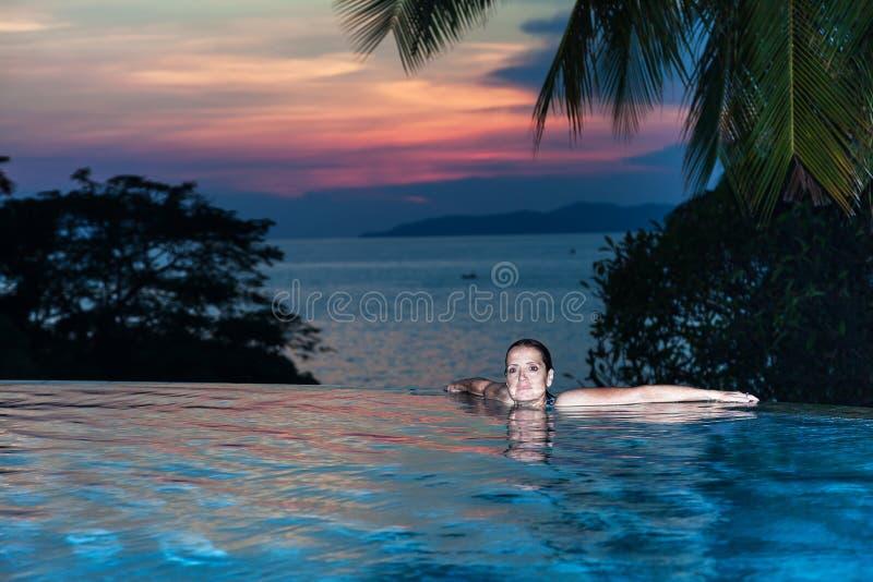 Женщина на краю бассейна стоковое изображение rf