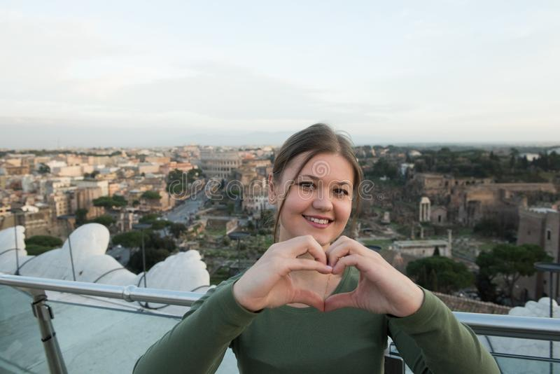 Женщина на крыше в Риме стоковое изображение rf