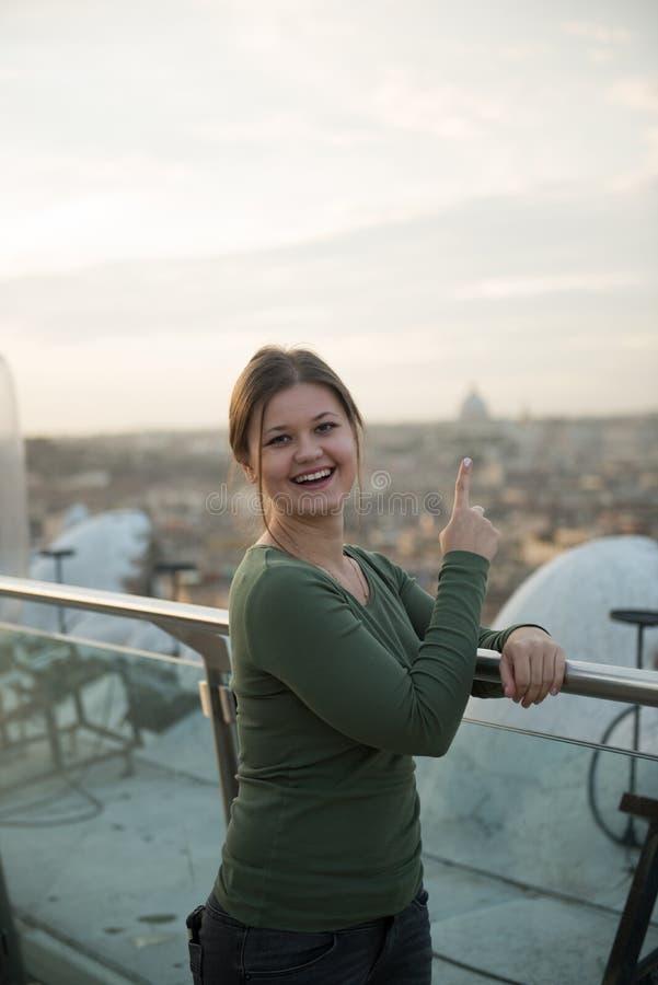 Женщина на крыше в Риме стоковые фотографии rf