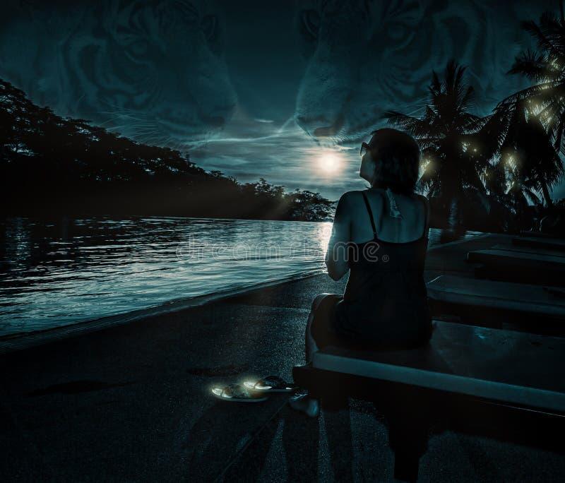 Женщина на ноче в лунном свете на море стоковая фотография rf