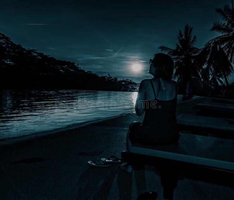 Женщина на ноче в лунном свете стоковые фотографии rf