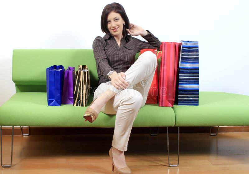 Женщина на отключении покупкы стоковые фото