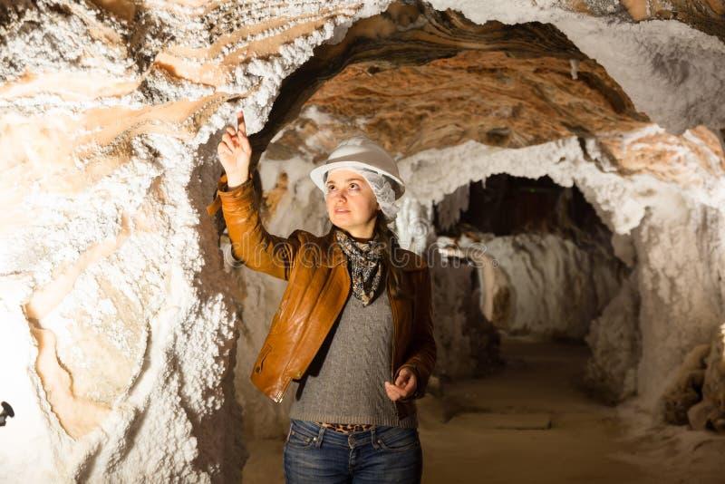 Женщина на отклонении солевого рудника стоковое изображение rf
