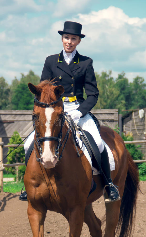 Женщина на лошади стоковые изображения rf