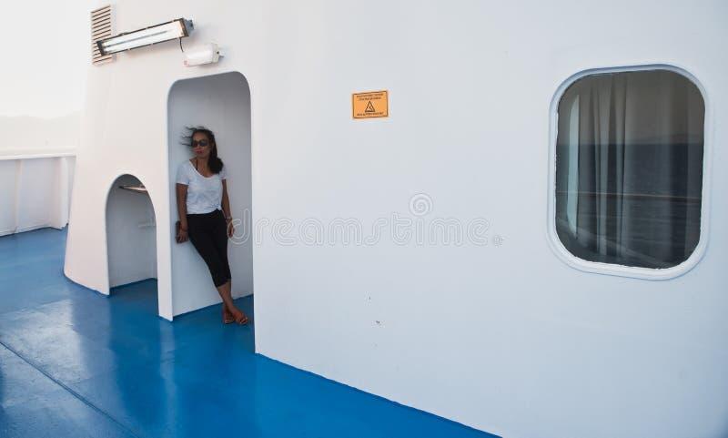 Женщина на палубе парома стоя в входе стоковые изображения rf