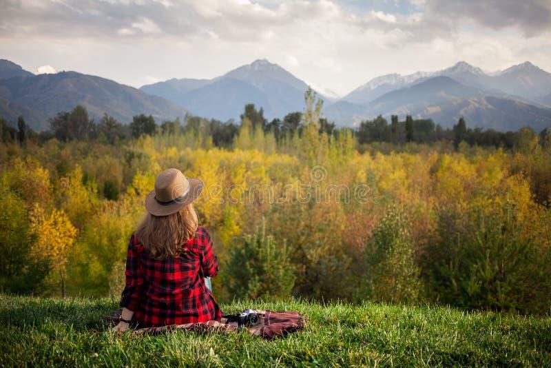 Женщина на пикнике осени стоковые изображения